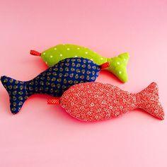 Des petits poissons avec des chutes de tissus pour l'intérieur et l'extérieur. Pour un jouet de bébé, un jeu de pêche à la ligne, un porte-clefs, une décoration de fête...pour plein de choses :) On adapte juste la taille du poisson... °°°°°° Matériel:...