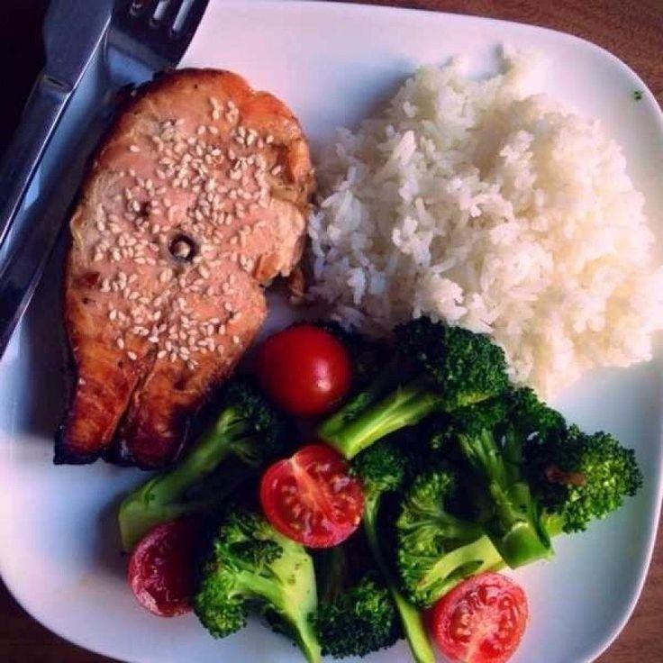 Лосось на гриле с белым рисом, брокколи и помидорами черри
