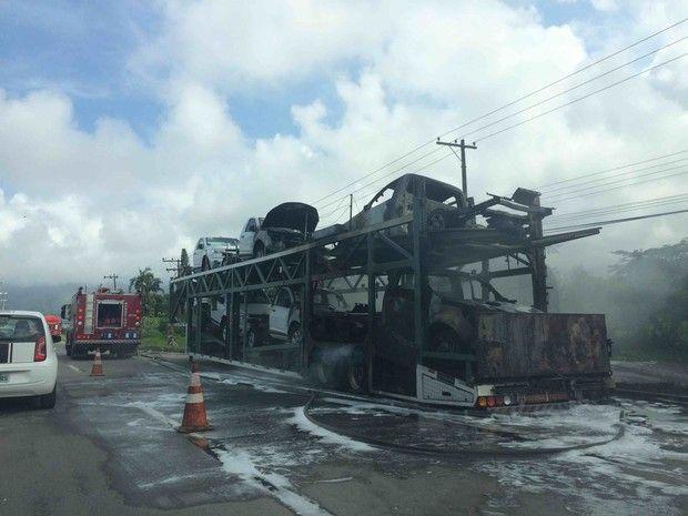 Canadauence TV: Caminhão cegonha com Picapes S10 pega fogo em Cara...
