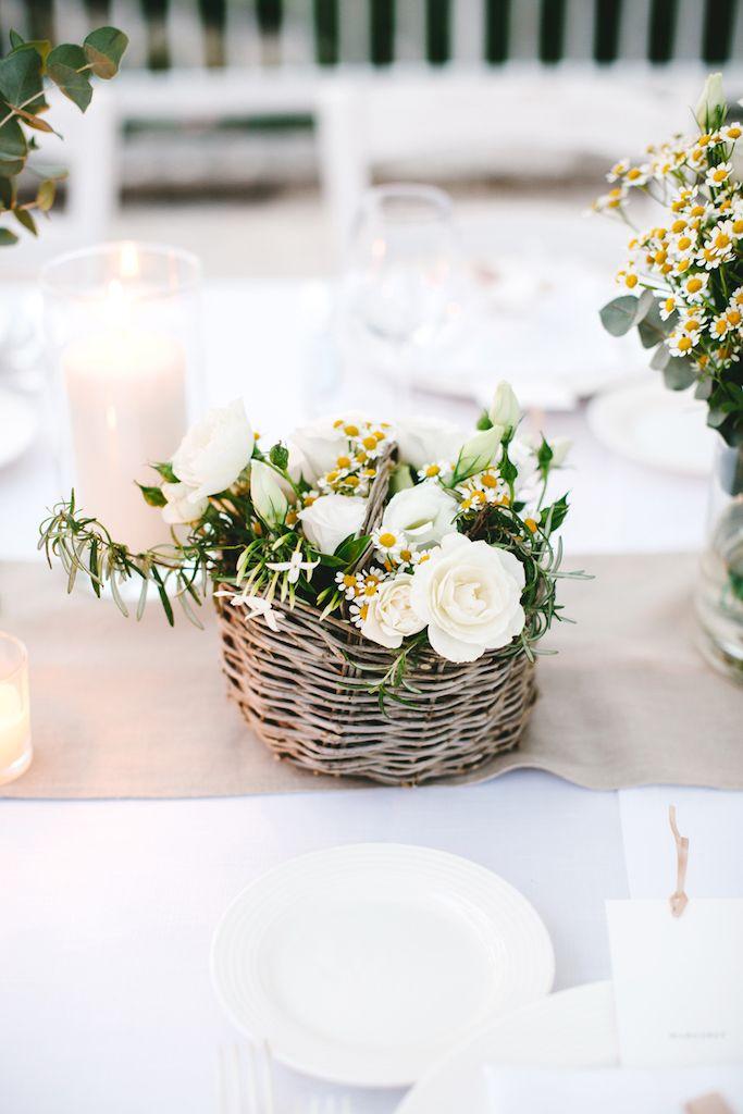 Amsicora - centrotavola rustico con cestini di ulivo, piante officinali e camomilla per matrimonio rustico -  basket with chamomille and roses for centerpiece