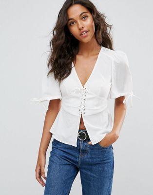 Blusa de manga corta con cuello en V y detalle tipo corsé de ASOS