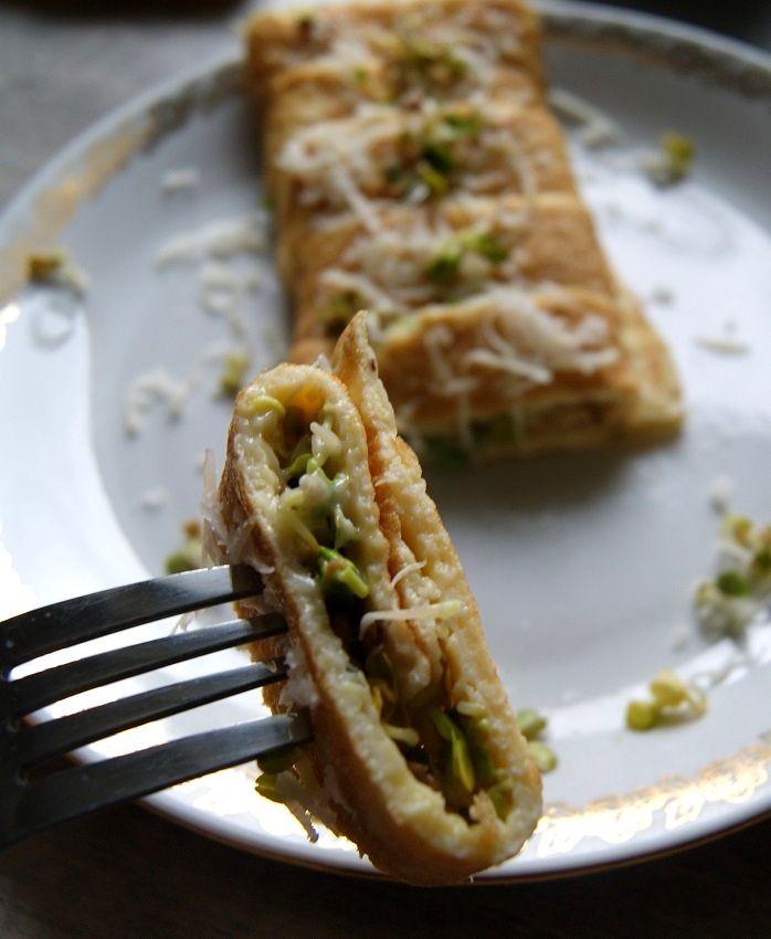 Omlet posypany kiełkami i serem