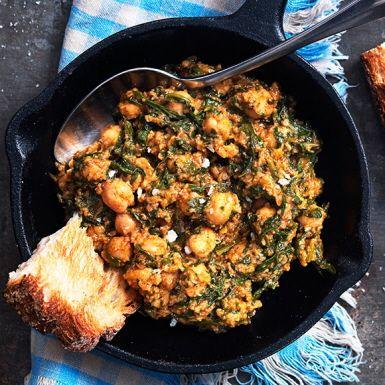 Spenat- och kikärtsröra som serveras med bröd – en klassisk rätt i Sevilla. Mycket kryddor och vitlöksstekt bröd får puttra ihop med kikärtor och spenat. En perfekt bufférätt eller förrätt.