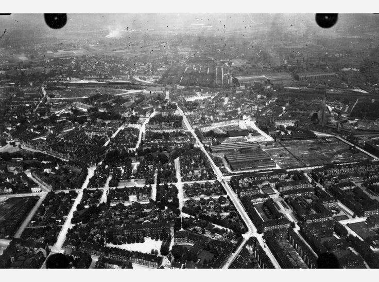 Hier: Flug 11, Bild 257. Position der Kamera: fotografiert über dem heutigen Essen-Holsterhausen, etwa über dem heutigen Bereich zwischen A40, Hobeisenstraße/Rubensstraße, Holsterhauser Straße, Kaulbachstraße/Hausackerstraße. In der rechten Bildhälfte (Hintergrund) ist die Krupp Gussstahlfabrik zu erkennen.