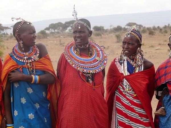 Los masai visten con telas de vivos colores y llevan llamativos adornos hechos con abalorios y figuras de animales