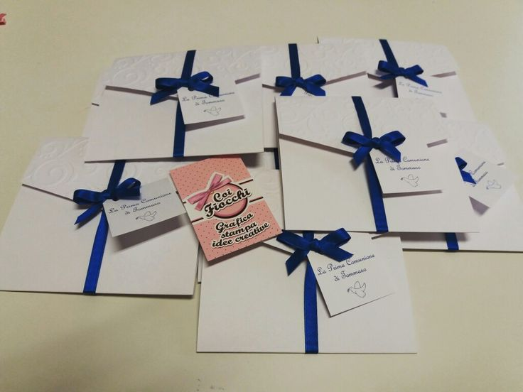 Inviti comunione bimbo formato pochette con decoro fustellato e nastrino blu