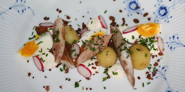 Smukt og sommerligt: Røget makrel med rygeostcreme