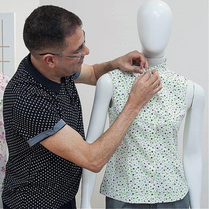 Neste vídeo, o modelista Robertto Dias orienta o traçado da Blusa Feminina com a Pence Fundamental, cuja base é ideal para peças ajustadas ao corpo.