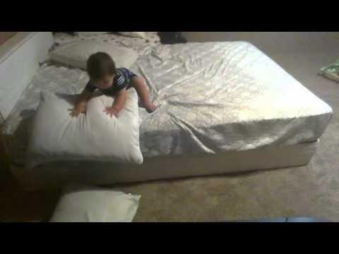 Гениальный младенец придумал способ слезть с кровати