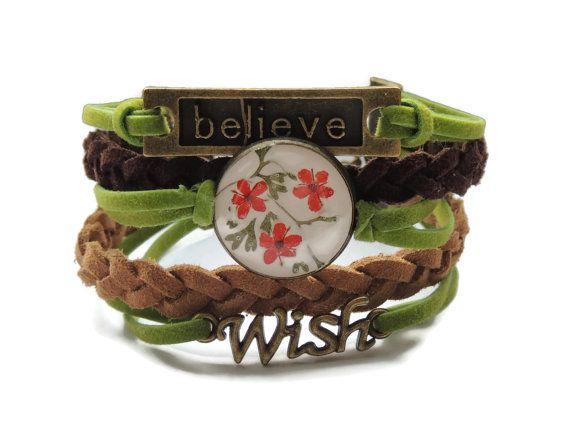 Braided leather bracelet with real flowers by AmazoniaAccessories, €20.00
