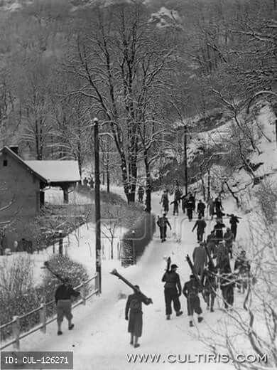 1940-es évek. Sízők ballanak a Zúgligeti villamoshoz.