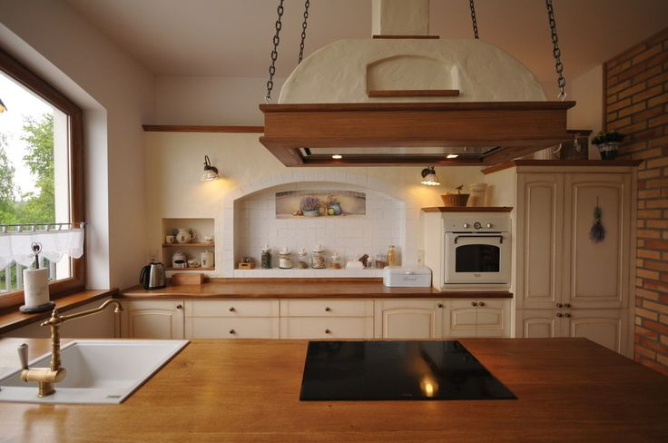 Kuchnia sielska, kuchnia rustykalna, kuchnia w stylu wiejskim. Zobacz więcej na: https://www.homify.pl/katalogi-inspiracji/34767/jak-urzadzic-tradycyjna-kuchnie-5-wskazowek