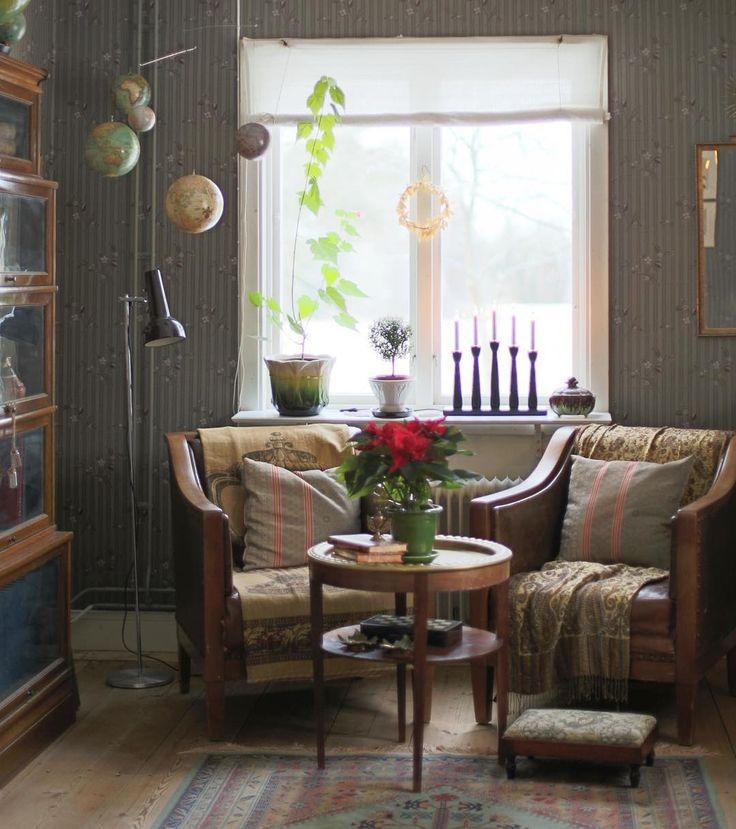 Rökbordet i biblioteket är en av de få ärvda möbler jag har. Jag älskar det! Det har tillhört min gammelmormor Hillevi som bodde på en liten bondgård i Alunda, Uppland. Hon dog när jag var liten och förutom bordet, ärvde jag genetiskt krokiga lillfingrar av henne.☺️ #inredning #erikashem