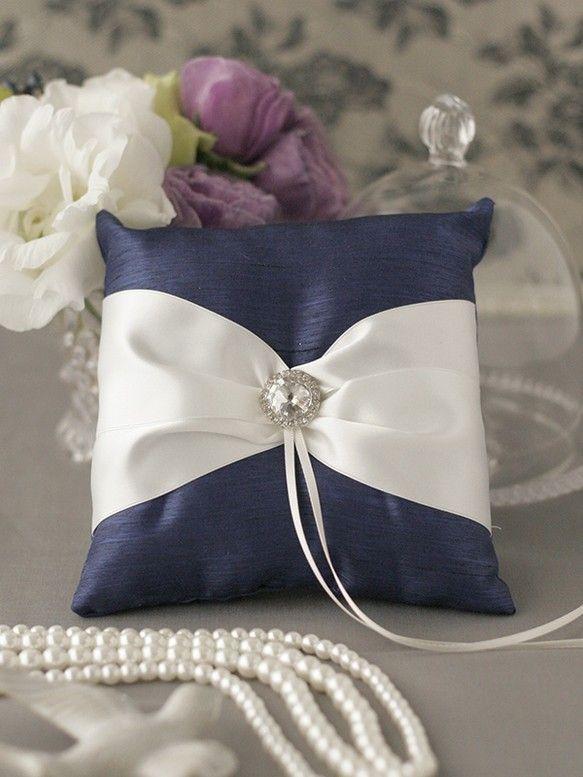結婚式で指輪交換の時に使用するリングピロー。中央からのびたリボンに結婚指輪を結びつけて使用します。人気のロイヤルブルーの生地に、白いサテンリボンとクリスタルの...|ハンドメイド、手作り、手仕事品の通販・販売・購入ならCreema。