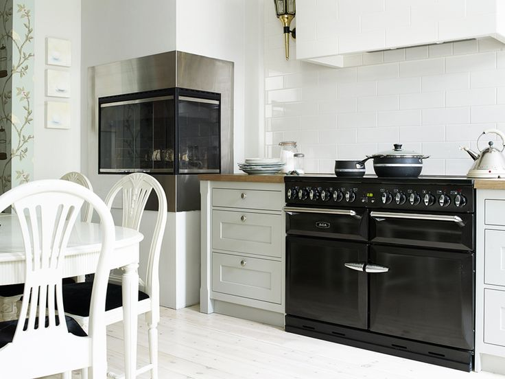 oh my.... is that a fireplace in the kitchen wall, with a black AGA?