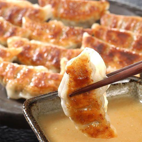 鹿児島・黒豚を100%使用した「黒豚餃子」は、ジューシーな肉汁がお口に広がり、味噌タレとの相性が抜群。「九条ねぎ餃子」は口当りが柔らかでトロッとしたぬめりのある、京都・九条葱を使用。葉ネギならではの甘みを醤油タレでどうぞ。