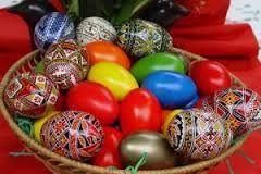 Dalším z velikonočních symbolů je vajíčko, symbol nového života, neboť samo zárodek života obsahuje. V mnoha kulturách je vejce symbolem plodnosti, života a vzkříšení. Už ve starověkém Egyptě či Persii se na svátky jara barvila červeně vajíčka (červená jako symbol dělohy).