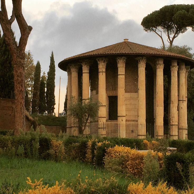 Buongiorno #Roma. Sta in piedi da duemila anni... #rome #cittaeterna #lagrandebellezza #vesta #tempio #tempiodivesta