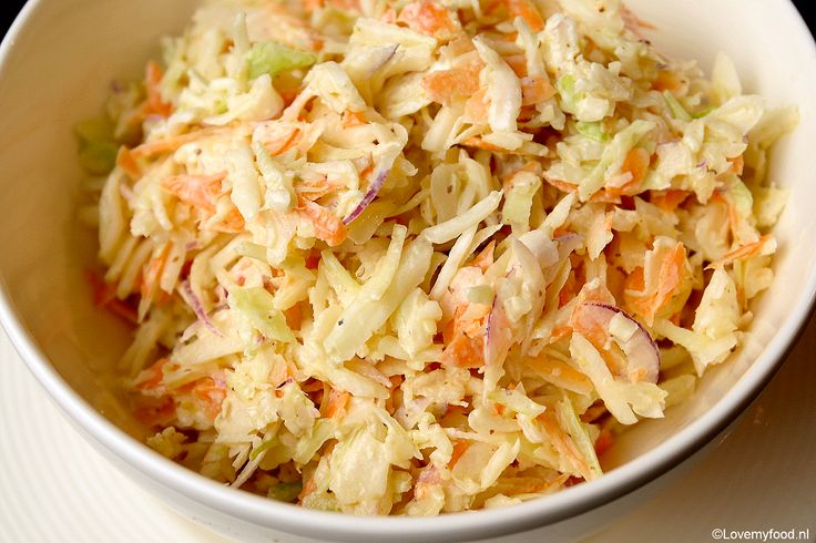 Amerikaanse coleslaw is onmisbaar bij de barbecue, maar ook heel erg lekker als bijgerecht of als topping op een pittig broodje hamburger of pulled pork.