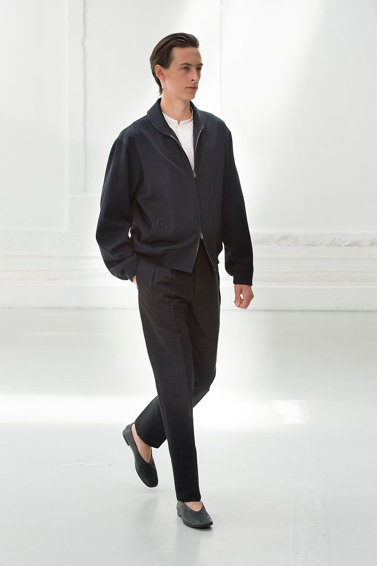 19. Blouson in water repellent cotton linen twill / Gusset collar shirt in featherweight cotton poplin / Two pleated pants in cotton linen chambray / Slippers in calfskin leather