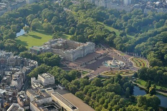 Букингемский дворец – #Великобритания #Англия #Лондон (#GB_ENG) Букингемский дворец - место, возле которого обязательно должен потолпиться, потолкаться и поснимать церемонию смены караула (с апреля по август каждый день в 11:30) каждый уважающий себя лондонский турист! http://ru.esosedi.org/GB/ENG/1000194488/bukingemskiy_dvorets/