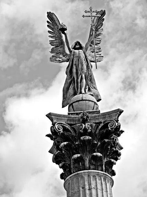 #Budapest #square #statue #blackwhite