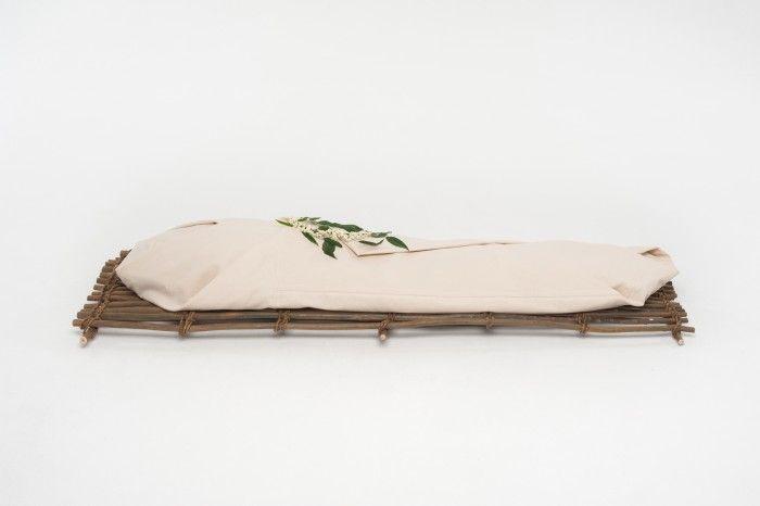 Begraven zonder kist, in een lijkwade van biologisch canvaskatoen op een takkenbaar.