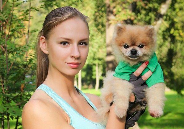 Участница проекта Fitness Model Latvia 2016 Каролина Бейнарович и померанский шпиц Джонни