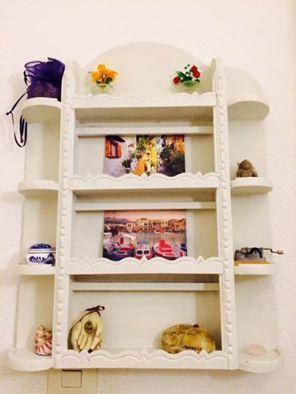 Hallo Jayne en Geert, Een gezellig klein open kastje geschilderd met old white…