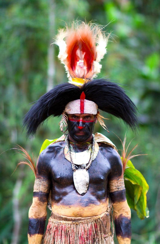 papous-nouvelle-guinee Près d'un millier de tribus se partagent ces montagnes escarpées et ces vallées inaccessibles que les premiers occidentaux ne découvrirent que peu avant la seconde guerre mondiale, retrace le photographe Christophe Courtois, auteur de ces portraits de Papouasie-Nouvelle-Guinée. Au fin fond de ces Hautes-Terres, traversant fleuves en crue ou guerres tribales, quelques rares explorateurs courageux découvrent donc avec émerveillement ces « sauvages » rivalisant de beauté…