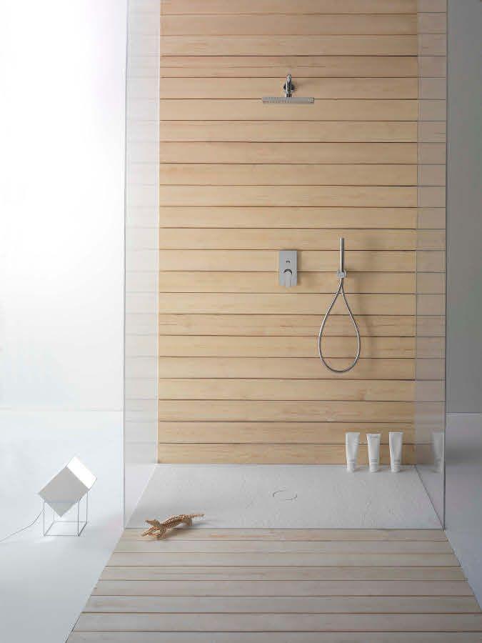 Banheiro com Box revestido em madeira