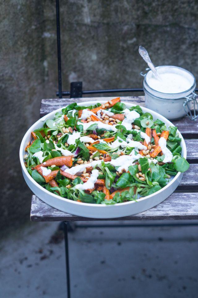 Skøn salat med bagte gulerødder og feta-dressing. Perfekt som tilbehør til sommerens grill. Toppet med cremet feta-dressing og pinjekerner.