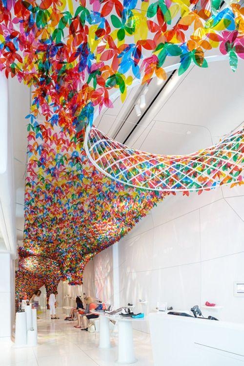 Loja da Melissa em Nova York. Instalação by SotfLAB, Flores translúcidas como um jardim suspenso.