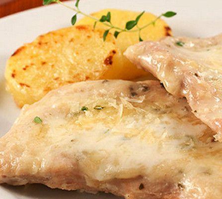 Bifes de Frango com Molho de Iogurte e Batatas Salteadas - http://www.receitasja.com/bifes-de-frango-com-molho-de-iogurte-e-batatas-salteadas/