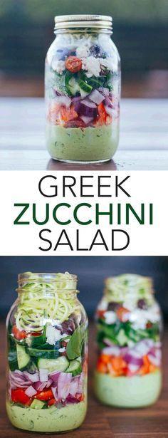 """Griechischer Zucchini-Salat mit """"Zoodles"""" (Zucchini mit dem Spiralschneider auf Spaghetti-Form gebracht). Perfekt als gesunder Lunch im Büro!"""