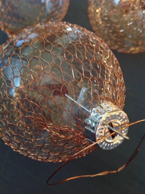 DIY / Hazlo tú mismo: bolas de Navidad hechas con estropajo de cobre.