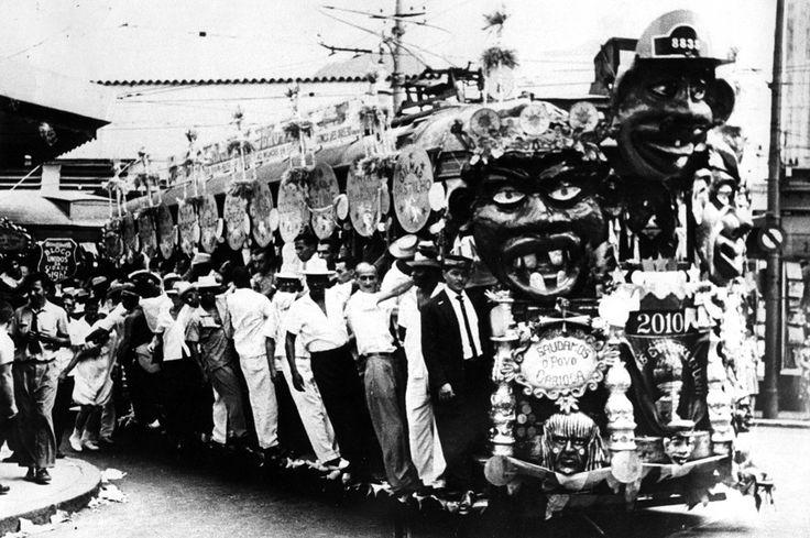 Festa de Carnaval com um bonde enfeitado como carro alegórico, no Bloco Unidos da Cidade, Rio de Janeiro, anos 50.