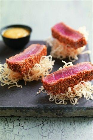 Thon mi-cuit au sésame, sauce à l'orange et vermicelle de riz frit - Larousse Cuisine