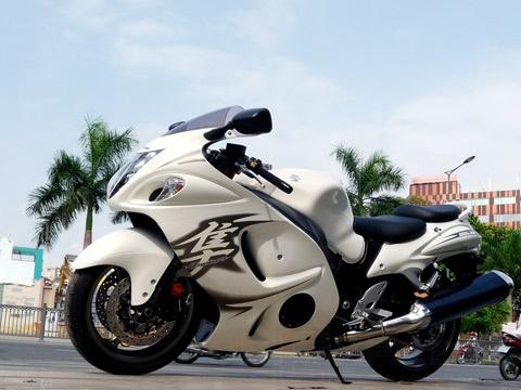 Chim ưng Suzuki Hayabusa 2011 đầu tiên tại Việt Nam Siêu xe tốc độ trong dòng xe hai bánh, mệnh danh chim ưng Hayabusa phiên bản 2011 của Suzuki vừa cập cảng Sài Gòn