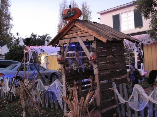 yard haunt entrance-Love this idea, Would be cool using old pallets