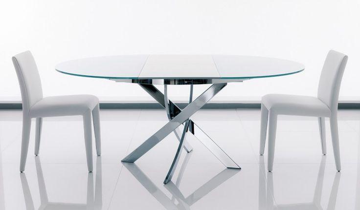 Il Barone allungabile Bontempi Casa è un tavolo rotondo allungabile con struttura in acciaio, piano in cristallo, allunga in legno laccato in tinta.