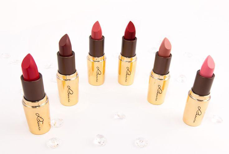 Lippenstift-Set von Luvia Cosmetics: Rote Lippen stehen für pure Leidenschaft. Mindestens einen klassischen roten Lippenstift sollte jede Frau besitzen – mit dem Luvia Geschenk-Set erhält man gleich 3 zeitlose Farbnuancen. Gut zu wissen: Alle Lippenstifte wurden vegan und ohne Tierversuche hergestellt.