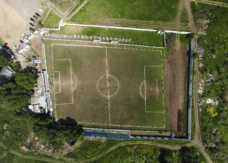 BUENOS AIRES (AP) — Un equipo del fútbol argentino jugó casi tres décadas con su cancha torcida: tiene una mitad de campo más chica que la otra, un arco corrido y sus líneas perimetrales no están encuadradas.