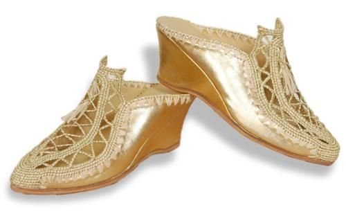 Natural Raffia  Slipper for Women  A state of the art high quality comfortable slipper made of natural Raffia and leather. light weight, braided with golden thread, leather sole Mexican talent. Sizes:37 – 41. Color : Golden Light . Ref. Number BFT001