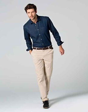 276ff81b53 Viste mucho unos pantalones chinos color beige con una camisa  moda  hombre…