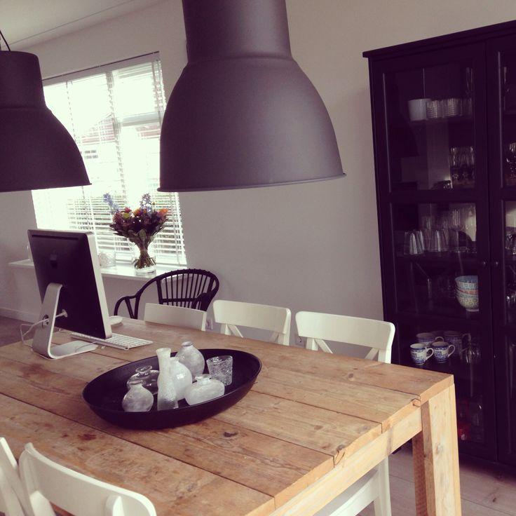Stoer -Tafel  blank steigerhout - witte stoelen - zwarte lampen