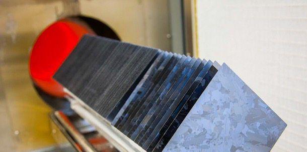 Direct Wafer: nuevo método de producción que abarata un 20% las paneles solares. La compañía 1366 Technologies ha dado a conocer un nuevo método de fabricación de obleas de silicio que reduce el precio de las placas solares en un 20%. Este nuevo proceso utiliza unos moldes y hornos especiales para fabricar las obleas, en vez de cortar los lingotes de silicio, desperdiciando así menos material. La producción en masa comenzará en el 2016.  #Energíasrenovables