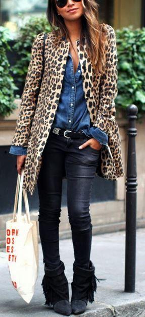 Pantalones piel, camisa vaquera y abrigo de animal print ¿te atreves?