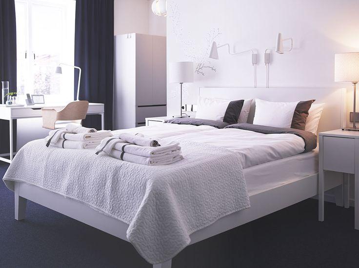 Camera d 39 albergo bianca con letto matrimoniale comodini e - Letto nordli ikea ...