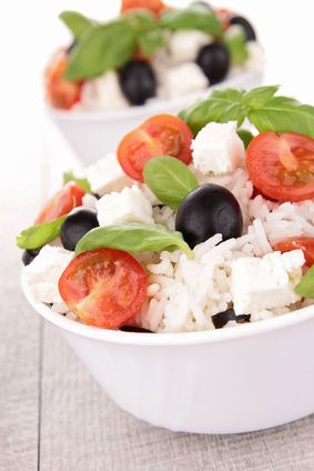 L'insalata di riso è uno dei piatti dell'estate e per prepararla in versione light si può seguire questa ricetta che prevede utilizzo di feta e pomodorini.
